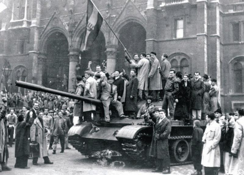 A lukas, vagy a Kossuth címeres zászlóval fellobogózott T-34-es a magyar forradalom győzelmének jelképévé vált