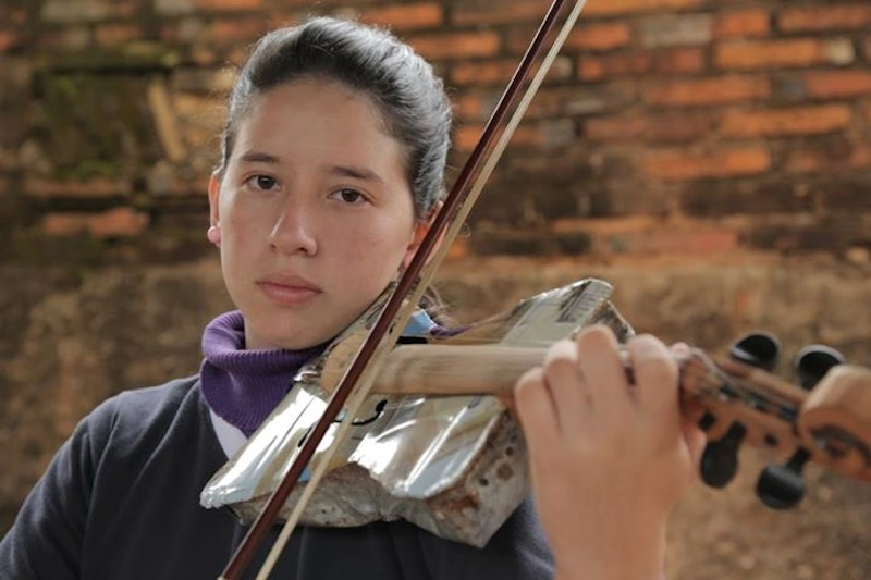 Minden egyes zeneszám, amit a fiatalok a hulladékból készült hangszereken eljátszanak, himnusz egy jobb világért.