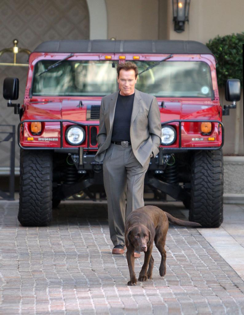 Arnold és az egyik Hummerje.
