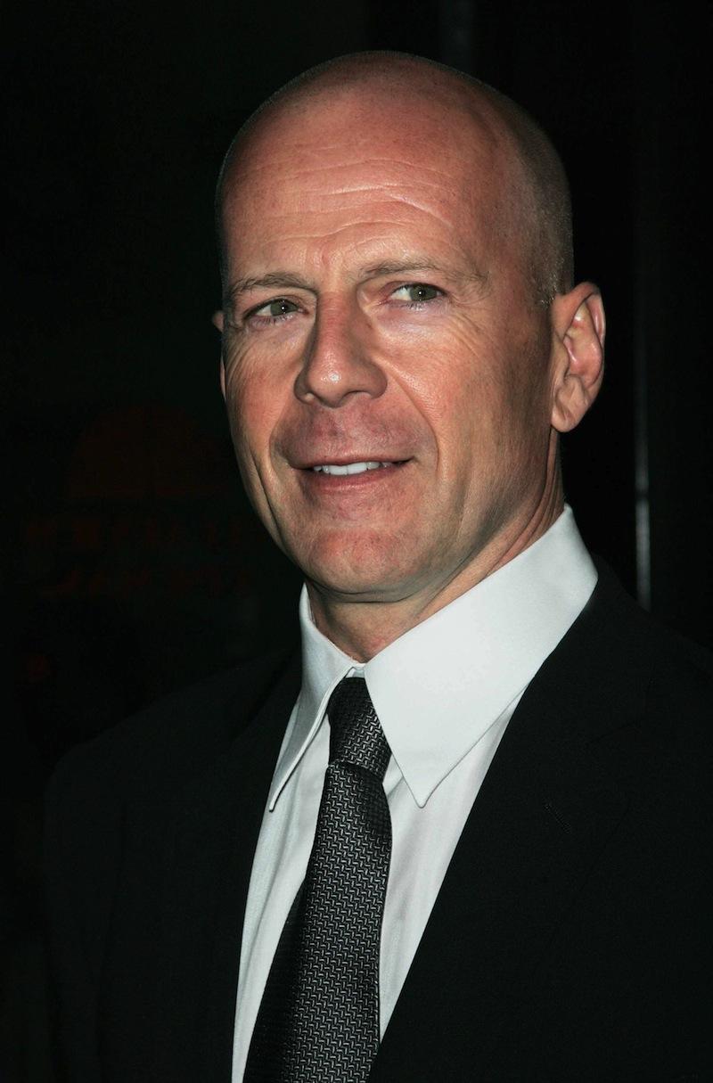 Bruce Willis is bőrdzsekibe jár a fogadásokra…