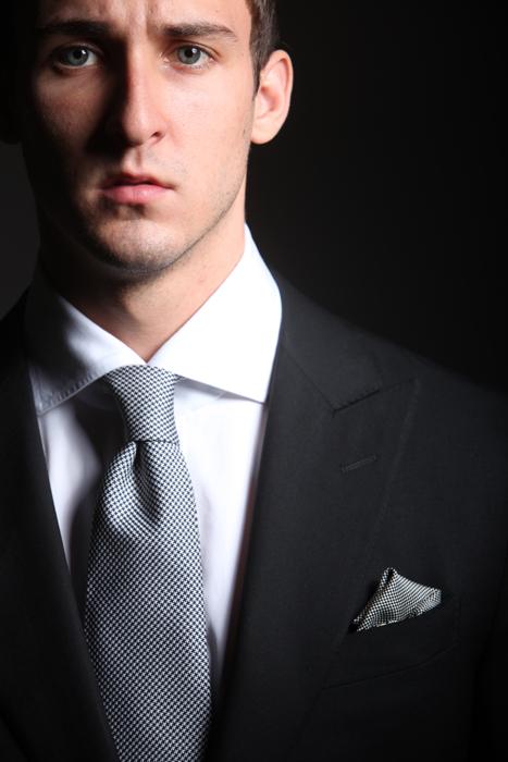 klasszikus elegancia, fekete öltöny, fehér cápa galléros ing, pepita nyakkendővel