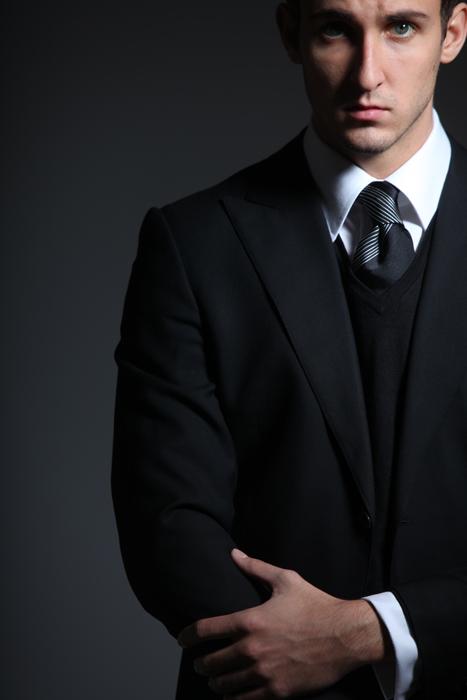 az üzleti stílust smart casual hangulatúvá tesz a v kivágásos vékony fekete pulóver