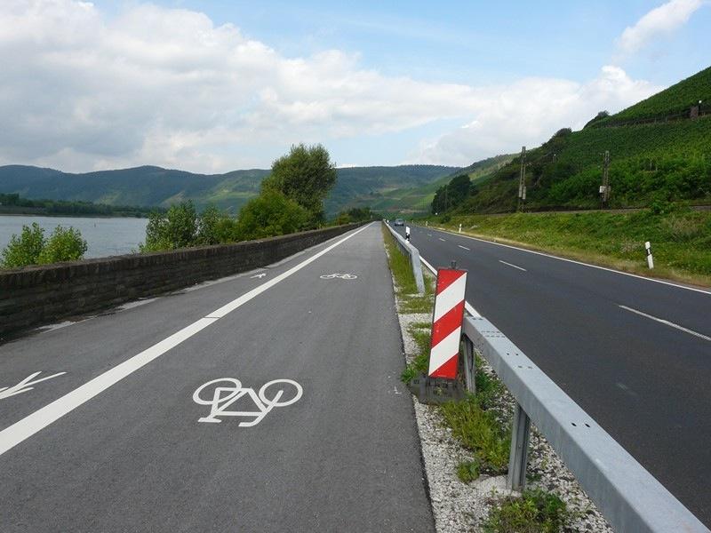 a Rajna teljes hosszán jól kiépített kerékpárút található