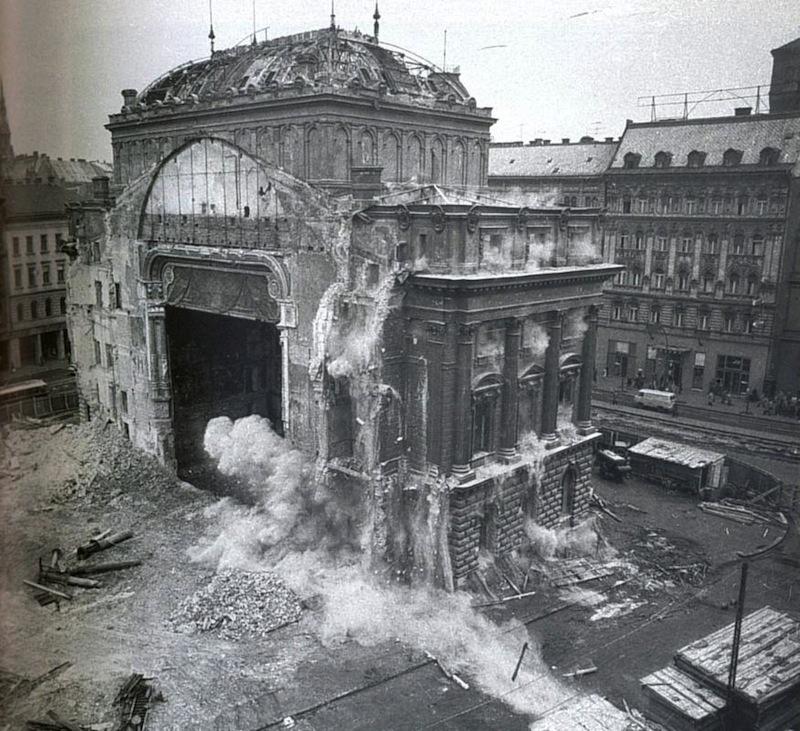 Nemzeti Színház - metróépítésre hivatkozva a kommunisták robbantottak fel hatvanötben