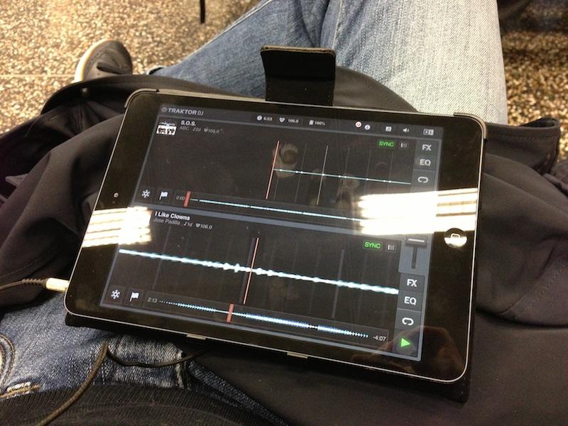 Előkerül tokjából iPad-em, rajta az előre (kifejezetten repüléshez) összeállított zenegyűjteményem...